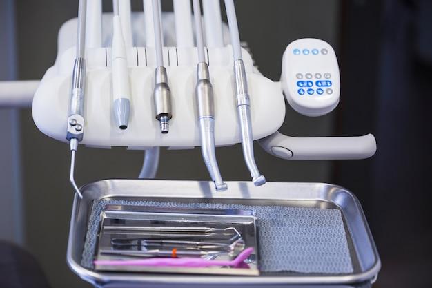Close-up di vari strumenti dentali in clinica