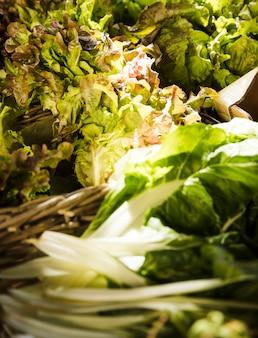Close-up di verdure a foglia al mercato