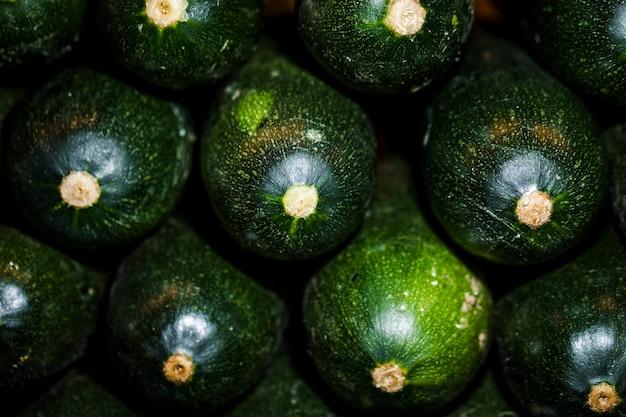 Close-up di zucchine fresche nel mercato
