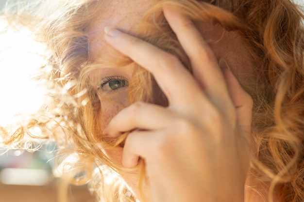 Close-up donna che copre il viso