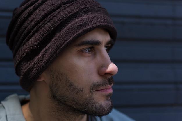 Close-up faccia sporca di un senzatetto