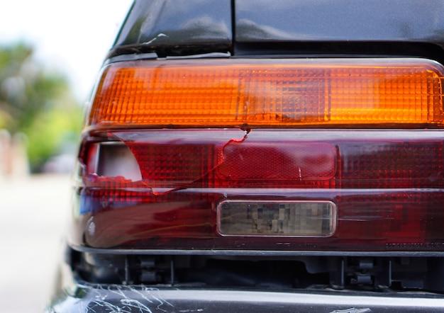 Close up fanale posteriore sono rotti e difettosi con sfocatura dello sfondo