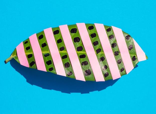 Close-up foglia con strisce rosa distesi piatti