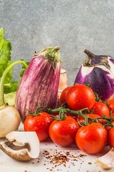 Close-up fresco di verdure sane e scaglie di peperoncino rosso