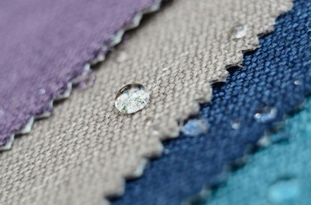 Close up goccia d'acqua su campioni di tessuto iuta. concetto per superfici facili da pulire e impermeabili