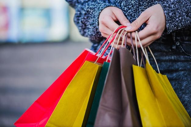 Close-up mani di shopper con borse