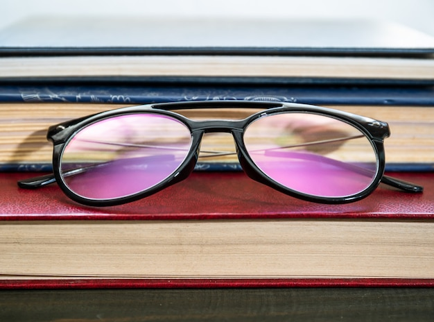 Close up occhiali e libri