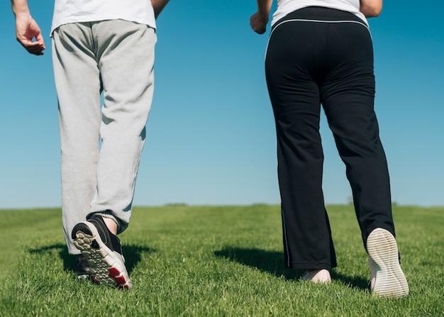 Close-up persone che camminano sull'erba