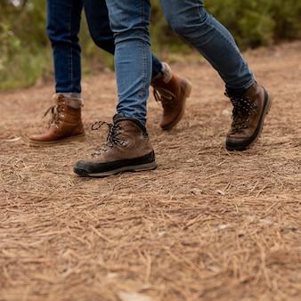 Close-up persone con stivali a piedi