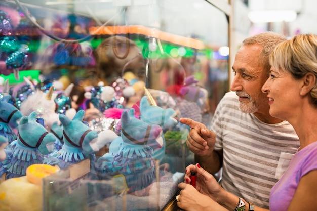 Close-up persone guardando i giocattoli