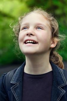 Close up ritratto di felice carino bambina