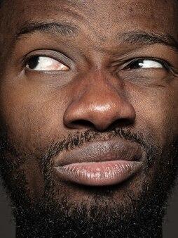 Close up ritratto di giovane uomo che osserva in su