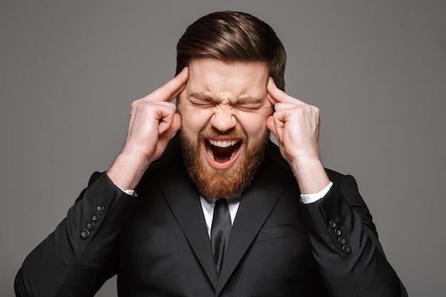 Close up ritratto di un giovane imprenditore urlando