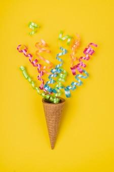 Close up shot coriandoli saltar fuori dal cono gelato