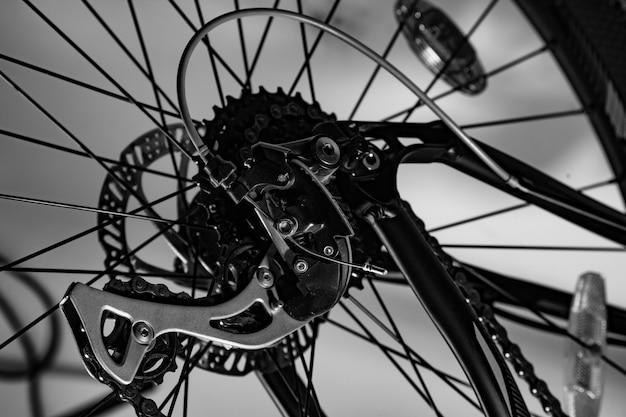 Close-up shot del nuovo deragliatore posteriore della bicicletta in bianco e nero