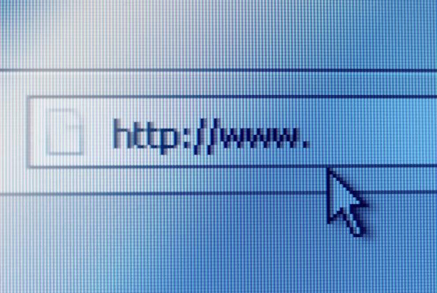Close-up shot della barra degli indirizzi sullo schermo del computer con la freccia del cursore