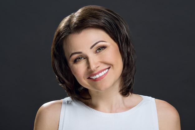 Close-up shot di una bella metà degli adulti donna sorridente