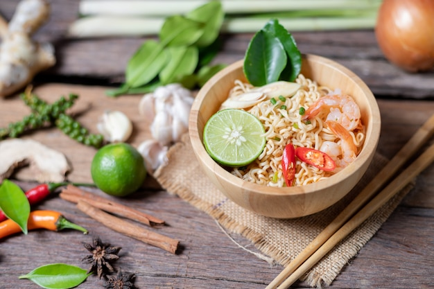 Close-up shot noodles istantanei con peperoncino gamberi al limone