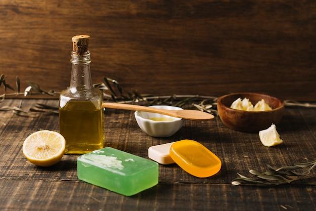 Close-up shot saponette con ingredienti intorno