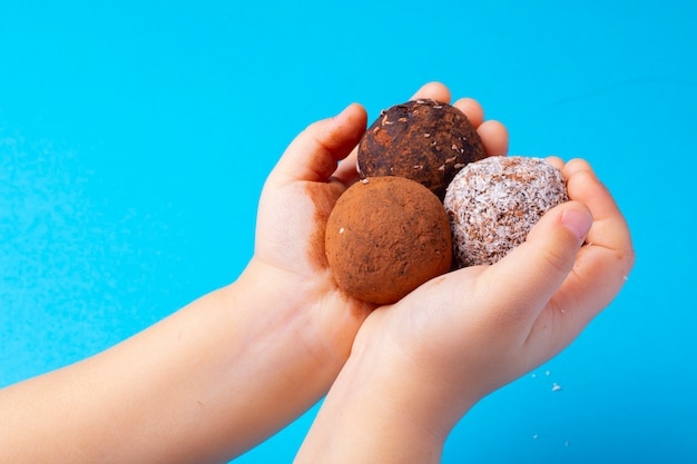 Close up tartufi di cioccolato crudo vegano con cocco e datteri