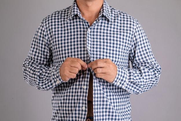Close up uomo abbottonatura camicia