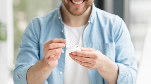 Close-up uomo con airpods