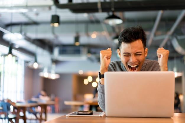Close up uomo uscito e felice quando si guarda la tv digitale