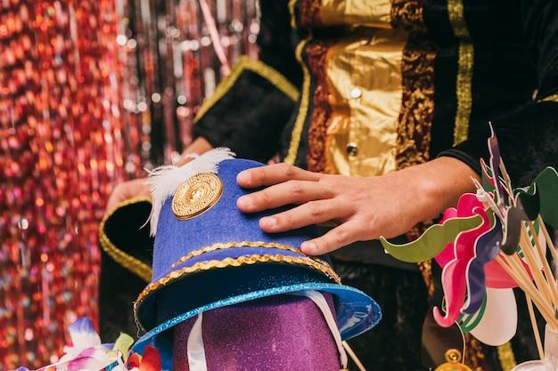 Close-up varietà di cappelli per la festa di carnevale