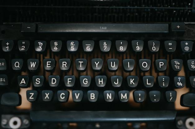 Close-up vecchia macchina da scrivere nera