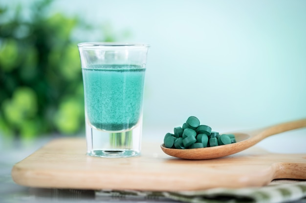 Close up vegan spirulina blu frullato e spirulina pillole, una dieta sana superfood e detox concetto di nutrizione