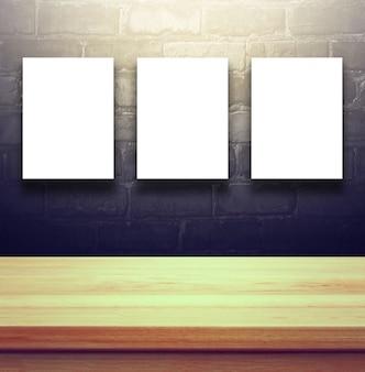 Closeup clear sfondo in legno studio con cartellone vuoto sul muro di mattoni neri - bene uso per i prodotti presenti. vintage toned.