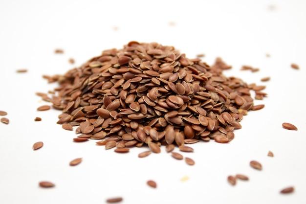 Closeup colpo di semi di lino su una superficie bianca