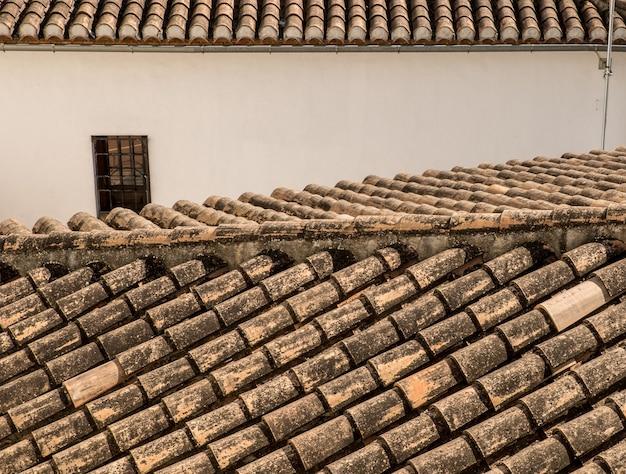 Closeup colpo di tegole del tetto di case ed edifici in una città vecchia