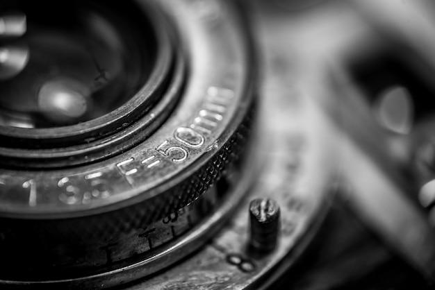 Closeup di un vecchio obiettivo fotocamera a pellicola retrò