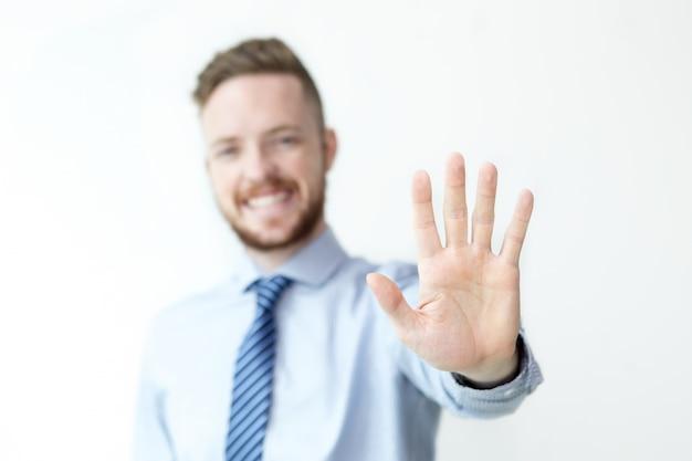 Closeup di uomo d'affari mostrando gesto di arresto