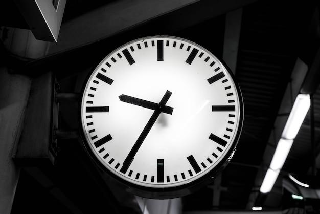 Closeup orologio alla stazione del cielo-treno