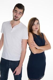 Closeup ritratto di due persone o coppia schiena contro schiena pensando profondamente a qualcosa