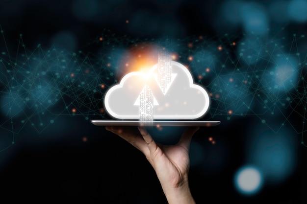 Cloud computing virtuale su tablet e mano. cloud computing è un sistema per la condivisione di download e upload di dati di big data.