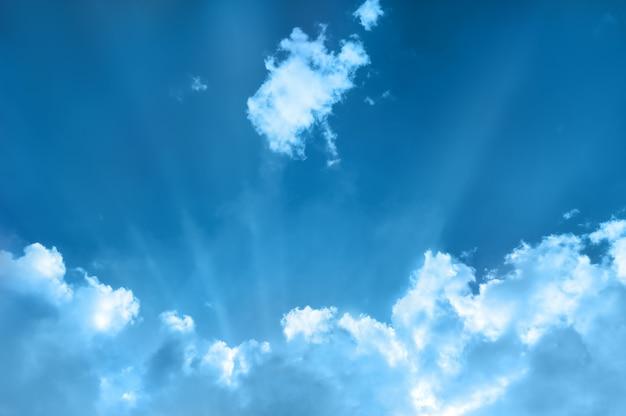 Cloudscape con raggi di sole
