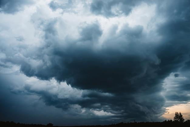 Cloudscape drammatico. luce solare attraverso nuvole temporalesche pesanti e scure prima della pioggia. nuvoloso brutto tempo piovoso. avviso di tempesta.