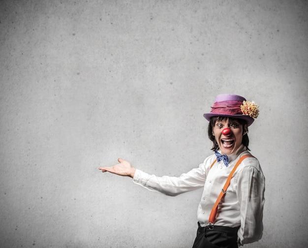 Clown che presenta qualcosa