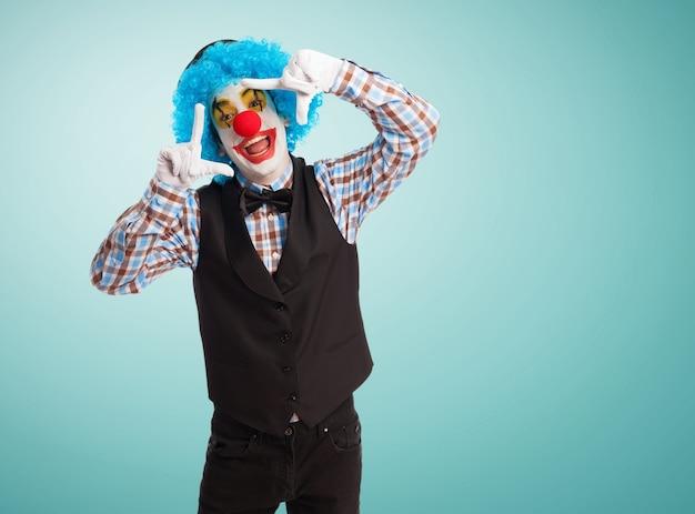 Clown con le mani sulla testa