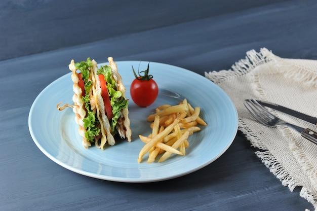Club bacon e sandwich di pollo, patatine fritte