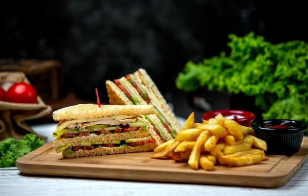 Club sandwich con patatine fritte laterali