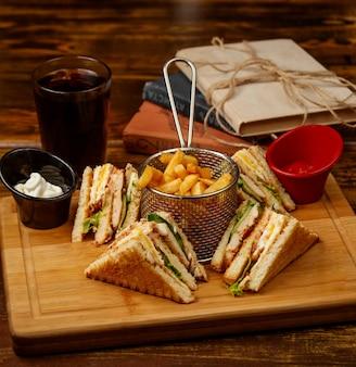Club sandwich con patatine fritte