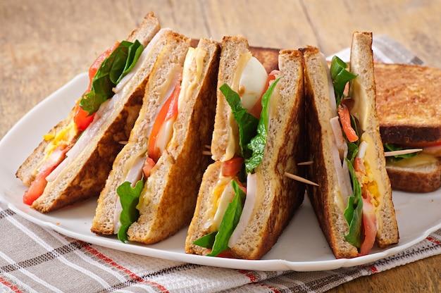 Club sandwich con pollo e prosciutto