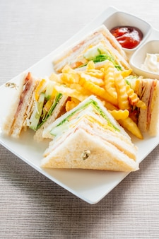 Club sandwich con verdure e salsa