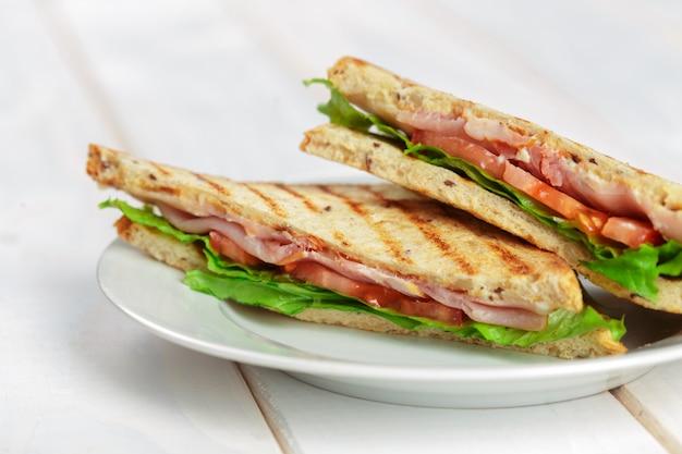 Club sandwich sul tavolo di legno