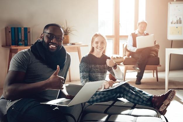 Co working space i giovani si divertono sul posto di lavoro