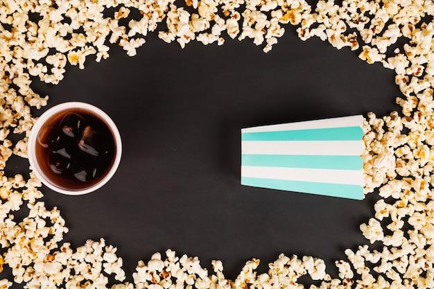 Coca cola e scatola di popcorn nel telaio di popcorn